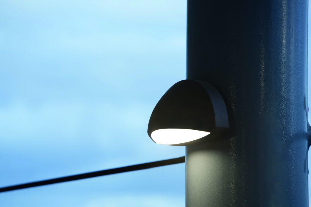Bulkhead downlighter on exterior post